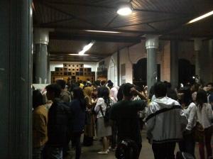 Suasana yang ramai menunggu pintu teater dibuka.