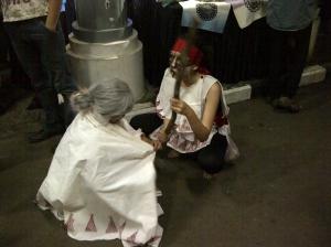 Para pemain Taraksa berinteraksi dengan pengunjung dengan gayanya masing-masing di luar teater sebelum pertunjukan.