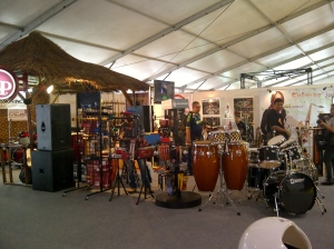 Stand yang memasarkan alat musik.